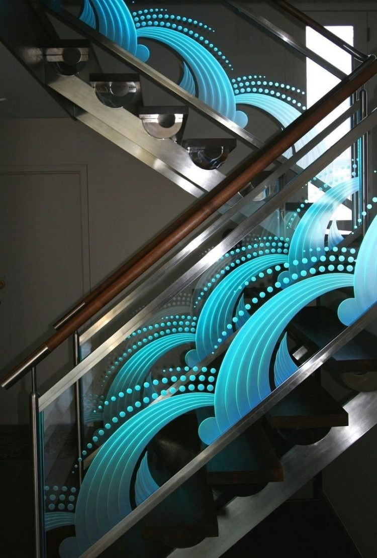 Kaca hias tangga